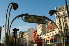 Metra Metropolitain znak przy Paryż Zdjęcia Stock