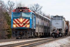 Metra-Nahverkehrszug führt Güterzug östlich Joliet Lizenzfreie Stockfotografie