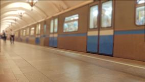 Metra przyśpieszać - w górę podziemnego metra pojęcia pociągu ruchu Podziemna stacji metrej platforma wnętrze zbiory