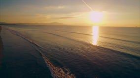 Metragem aérea bonita do seascape durante o por do sol filme