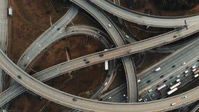 Metragem aérea cinemático da junção de estrada grande A câmera vai para baixo à estrada vídeos de arquivo