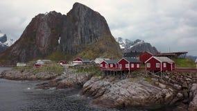 Metragem a?rea da aldeia piscat?ria pequena em ilhas de Lofoten em Noruega, destino popular do turista com seu vermelho t?pico filme