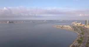 Metragem aérea da baía de Luandaem África video estoque
