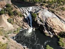 Metragem aérea da cachoeira de Hartebeespoortdam Fotografia de Stock Royalty Free