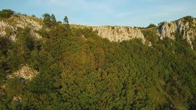 Metragem aérea da cordilheira Gora acima do vale de Vipava coberto com a floresta video estoque