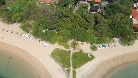 Metragem aérea da praia bonita de Sanur e a cidade no fundo em Bali Indonésia filme