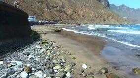 Metragem aérea da praia e dos penhascos de Taganana, situada em Tenerife norte, Ilhas Canárias, Espanha video estoque