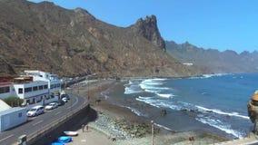 Metragem aérea da praia e dos penhascos de Taganana, situada em Tenerife norte, Ilhas Canárias, Espanha filme