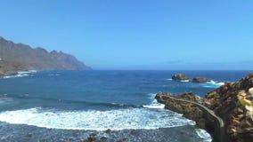 Metragem aérea da praia e dos penhascos de Taganana, situada em Tenerife norte, Ilhas Canárias, Espanha vídeos de arquivo