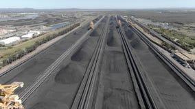 Metragem aérea de armazenagens de carvão e de máquina escavadora de roda de cubeta video estoque