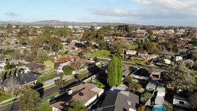 Metragem aérea de filtrar a área suburbana e as montanhas vídeos de arquivo