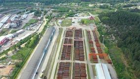 Metragem aérea de um grande complexo industrial para o conjunto e o armazenamento do metal Vias de acesso da estrada de ferro video estoque