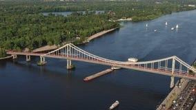 Metragem aérea de um navio de carga no rio aberto com o outro navio e cidade no fundo, Kiev, Ucrânia video estoque