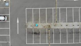 Metragem aérea de um parque de estacionamento vazio & de colisões de velocidade vídeos de arquivo