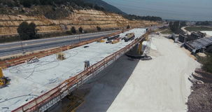 Metragem aérea de um projeto de construção da estrada da grande escala video estoque