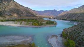 Metragem aérea de um rio azul que corre em um vale da montanha filme