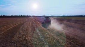 Metragem aérea de um trator moderno que ara o campo seco, preparando a terra para semear semeação no fim da estação Planta vídeos de arquivo