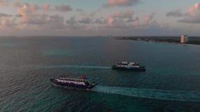 Metragem aérea de uma balsa do passageiro e de carro que vá entre Isla Mujeres e Cancun em México no nascer do sol vídeos de arquivo