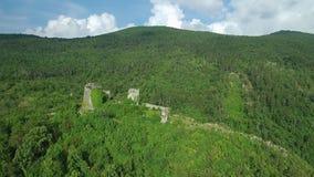 Metragem aérea do castelo medieval no monte acima do vale slovenia Europa do vipava vídeos de arquivo
