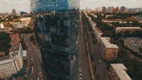 Metragem aérea do centro de negócios moderno no meio da cidade velha video estoque