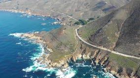 Metragem aérea do litoral cênico em Califórnia no dia bonito filme