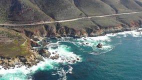 Metragem aérea do litoral em Califórnia no dia bonito filme