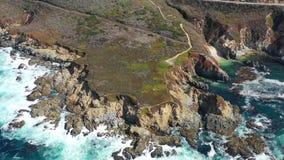 Metragem aérea do litoral rochoso em Califórnia no dia bonito filme