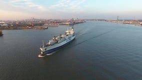 Metragem aérea do navio de carga no Rio Delaware filme