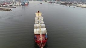 Metragem aérea do navio de carga no Rio Delaware vídeos de arquivo