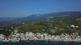 Metragem aérea do panorama do zangão da arquitetura da cidade colorida nas montanhas sobre o mar, Europa, construção densa do mul vídeos de arquivo