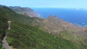 Metragem aérea do parque natural de Anaga em Tenerife norte, Ilhas Canárias, Espanha filme