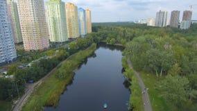 Metragem aérea do voo do zangão: vista do parque bonito no centro da cidade filme