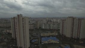 Metragem aérea do zangão da área urbana dystopian cinzenta com casas idênticas vídeos de arquivo