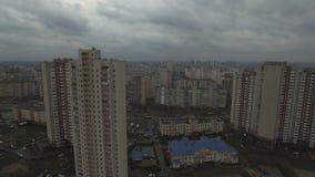 Metragem aérea do zangão da área urbana dystopian cinzenta com casas idênticas video estoque