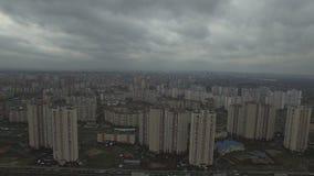 Metragem aérea do zangão da área urbana dystopian cinzenta com casas idênticas filme