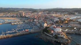 Metragem aérea do zangão da cidade pequena Palamos da Espanha, em Costa Brava