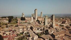 Metragem aérea do zangão da vila maravilhosa de San Gimignano Patrimônio mundial do Unesco Toscânia, Italy filme