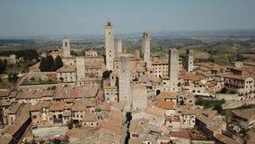 Metragem aérea do zangão da vila maravilhosa de San Gimignano Patrimônio mundial do Unesco Toscânia, Italy video estoque