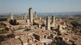 Metragem aérea do zangão da vila maravilhosa de San Gimignano Um patrimônio mundial do UNESCO Toscânia, Italy video estoque