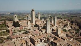Metragem aérea do zangão da vila maravilhosa de San Gimignano Um patrimônio mundial do UNESCO Toscânia, Italy filme