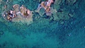 Metragem aérea do zangão de um spearfisher na opinião superior do mar Mediterrâneo filme