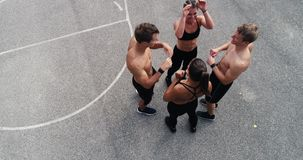 A metragem aérea, do zangão do grupo de homens bem treinados e as mulheres estão levantando video estoque