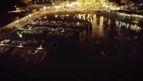 Metragem aérea do zangão 4k da noite do porto e da vida noturno do barco de vela filme