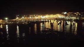 Metragem aérea do zangão 4k da noite do porto e da vida noturno do barco de vela vídeos de arquivo