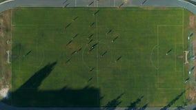 Metragem aérea do zangão Mosca sobre jogadores de futebol no campo vídeos de arquivo
