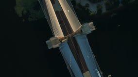 Metragem aérea do zangão Ponte sul do círculo da vista superior no kyiv no por do sol vídeos de arquivo