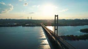 Metragem aérea do zangão Ponte sul inversa da mosca no kyiv filme