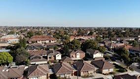 Metragem aérea do zangão que aumenta acima sobre a área suburbana com céu azul vídeos de arquivo