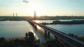 Metragem aérea do zangão Voe à ponte sul no kyiv no por do sol video estoque