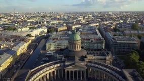Metragem aérea na catedral de Kazan no centro da cidade de St Petersburg vídeos de arquivo